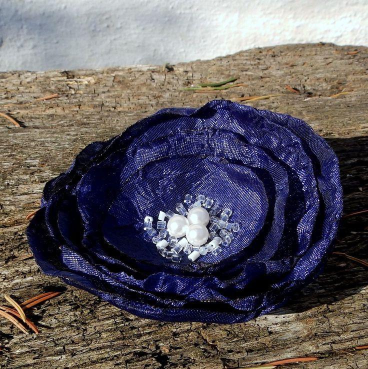 Tmavomodrá Brož nebo spona do vlasů vytvořená z tmavě modré látky, zdobená perličkami a rokajlem Preciosa.Průměr je8 cm. Květ je přidělaný na univerzálním brožovém můstku, takže jej můžete použít jako sponu do vlasů, nebo jako brož. Jako bonus ke každé květině dostanete zdarma skládanou origami krabičku.