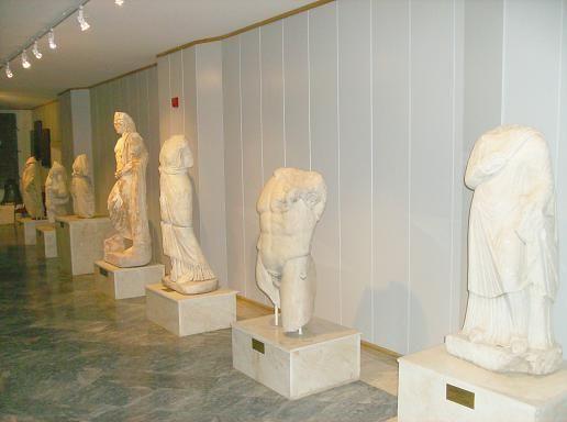 T.C. KÜLTÜR VE TURİZM BAKANLIĞI | ISPARTA İL KÜLTÜR VE TURİZM MÜDÜRLÜĞÜ ::.. Isparta Müzesi'nde 2008 yılı sonu itibarıyla 2953 adet arkeolojik, 2352 adet etnografik, 12671 adet sikke olmak üzere toplam 17976 adet eser bulunmaktadır. Isparta Müzesi'nin sergi salonları, 'Arkeoloji', 'Hazine', 'Etnografya' ve 'Halı' olmak üzere 4 ana seksiyona ayrılmıştır. Ayrıca; Arkeoloji Salonu'na geçiş kısmında, 19. yüzyıla ait Hamamcı Evi'nin kurtarılabilen malzemeleriyle 'Isparta Evi' düzenlemesi…
