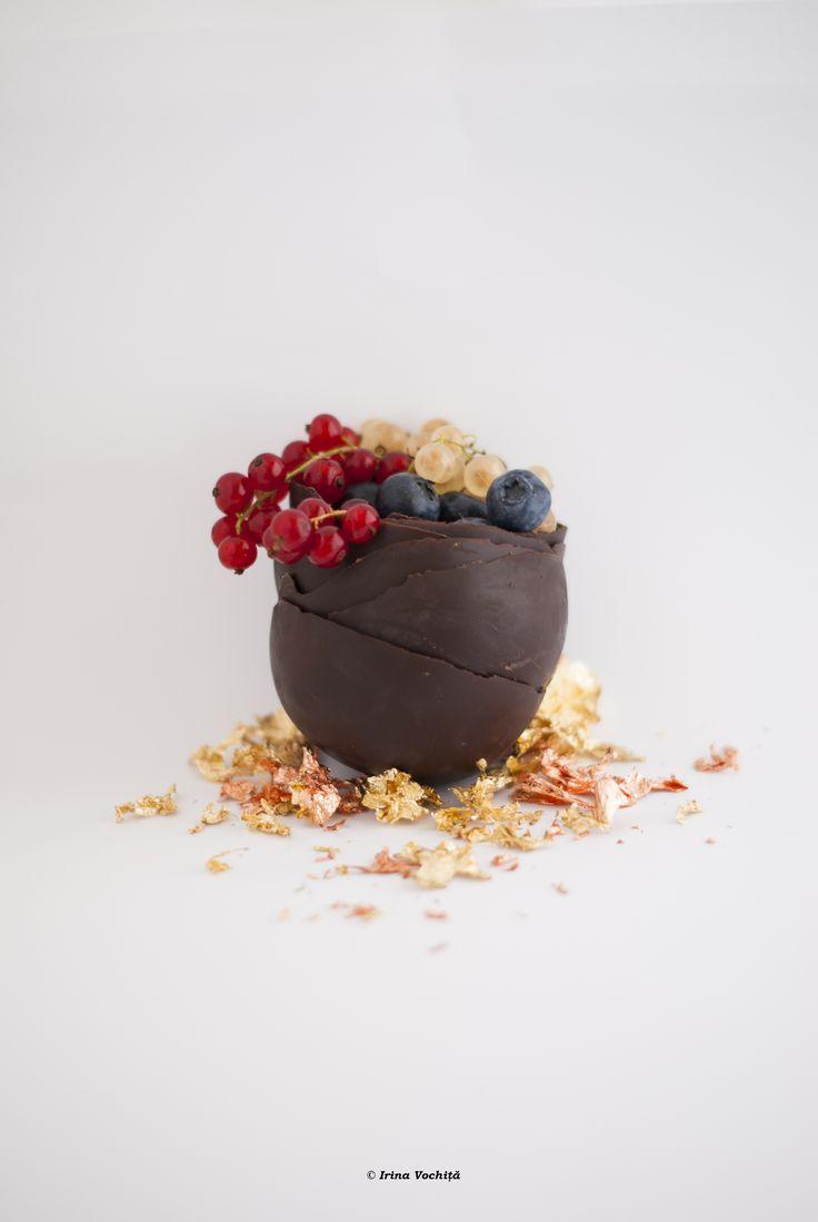 Cupe din ciocolată crudă. Vor fi umplute cu înghețată la o petrecere delicioasă Sportychoco