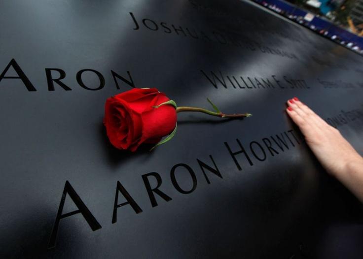 Une femme touche le nom d'une des victimes du 11-Septembre gravé sur le mémorial à New York, le 11 septembre 2011.