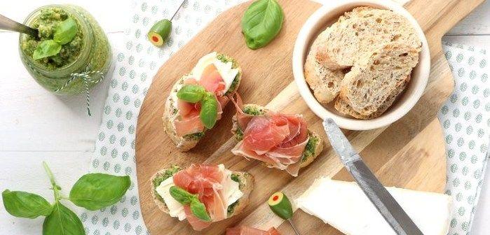 Crostini met pesto, brie en rauwe ham
