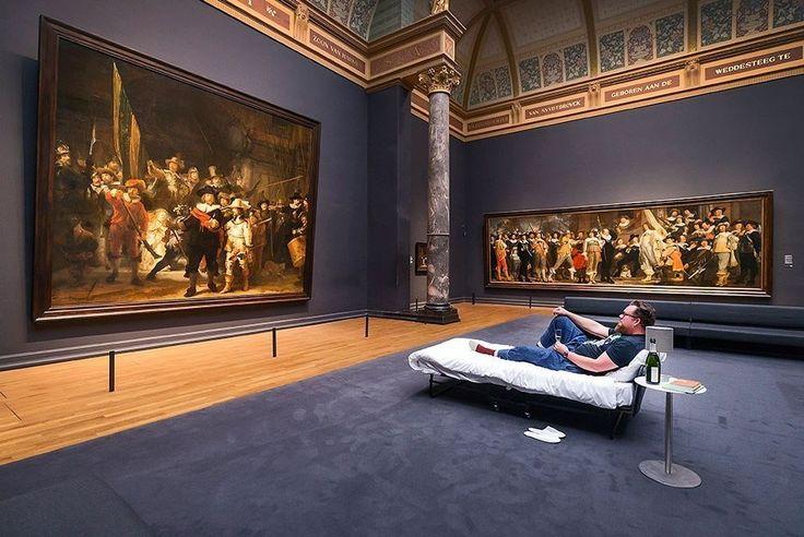 В Амстердаме 10-миллионному посетителю разрешили провести ночь в музее. Мужчина переночевал напротив картины Рембрандта с бутылкой вина и ужином из ресторана.