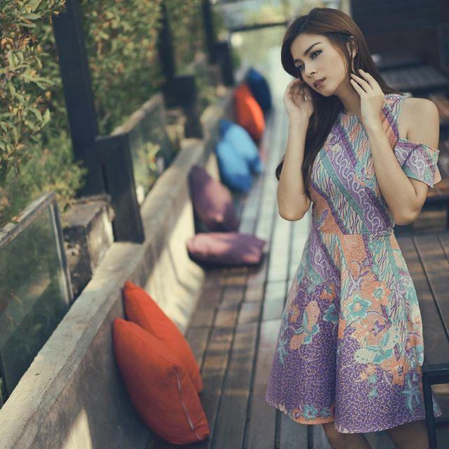 Beautiful batik dress from @sandraolga  She looks very elegant  Dress by @parigatabatik_id  #BusanaNusantaraku #wearkainnusantara #fashion #style #styleinspiration #madeinindonesia #batik #tenun #songket