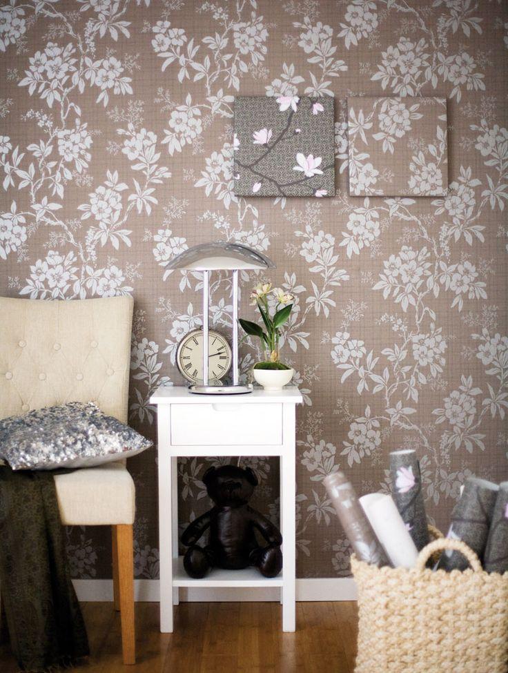 Tapet på vägg Vera 724 45, 660 kr rulle, Sandbergs Tyg& Tapet Stol med klädda knappar 950 kr