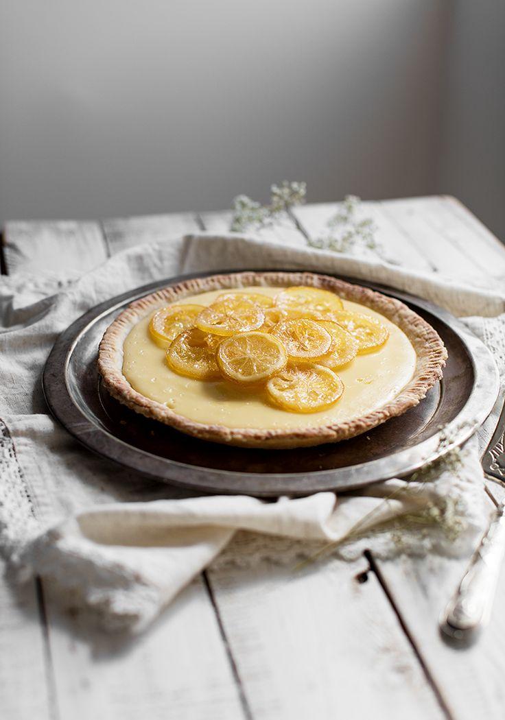 La plupart des recettes de pâte à tarte sont faites pour obtenir deux abaisses, mais comme on défie toutes les lois de l'univers, on en a créé une parfaite pour cuisiner une seule tarte. Elle est à base d'huile et est immanquable. Même Jeanne serait capable de la faire avec sa dextérité de bébé.
