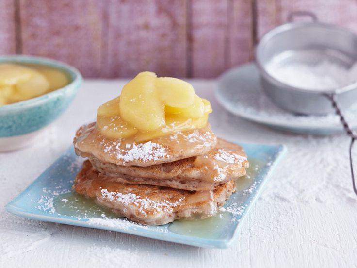 Es gibt Pancakes! Warm, süß, fluffig – und vegan. Damit machen wir alle am Tisch glücklich... http://www.fuersie.de/kitchen-girls/rezepte/blog-post/rezept-fuer-vegane-pancakes