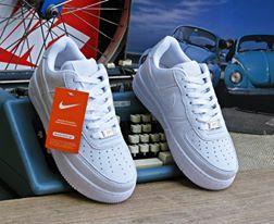 Moderno e com muito estilo, o Tênis Nike Air Force branco 1 é uma excelente opção para as mais diversas atividades do dia a dia. Confeccionado com a qualidade Nike, ele é indicado para quem não abre mão de conforto.