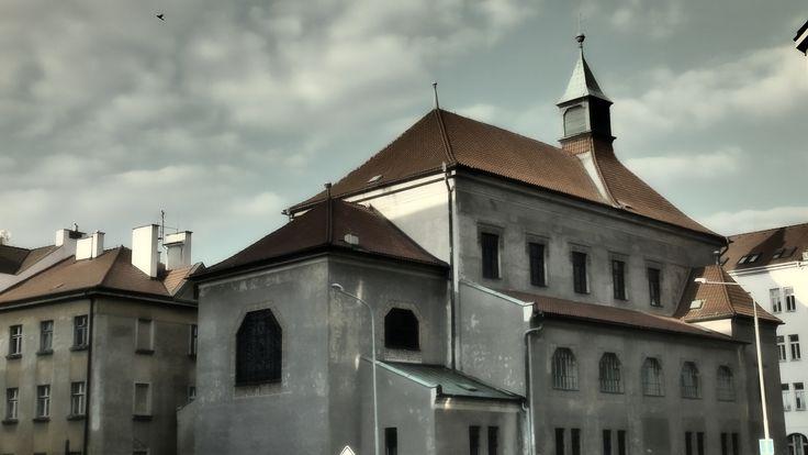 Kostel sv. Anny  Římskokatolický kostel je ojedinělou stavbou ve stylu tzv. beuronské secese. Byl postaven podle návrhu architekta Eduarda Sochora v roce 1911. U kostela byl založen i klášter karmelitánů, ten však později zanikl. Fasáda je zdobena secesními ornamenty s rostlinnými motivy. Uvnitř pak naleznete vysokou prostřední loď a dvě boční s emporami. Interiéru dominuje pozoruhodný barokní oltář sv. Anny z doby kolem roku 1700.  https://goo.gl/kyRaLZ