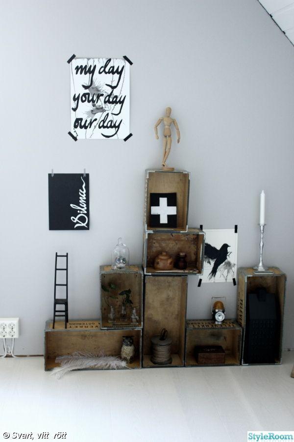 trälådor på vägg som hylla,trälåda,svartvita prints,svarta och vita tavlor med text,manekin,grått,vitt,vit parkett,nymålad vägg,inredningsdetaljer,tavla svart fågel