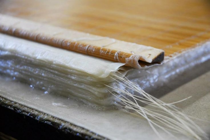 """Washi. La carta giapponese Laboratorio di realizzazione di carta tradizionale giapponese con il maestro Nobushige Akiyama Bologna, 7 giugno 2014 ore 10-13 e 14-17 La carta fatta a mano, washi, nata dalla lavorazione artigianale del cosiddetto """"gelso della carta"""", kozo, è un materiale di estrema bellezza, matericità e neutralità: tutte qualità che lo rendono perfetto per accompagnare l'estro creativo di chiunque voglia utilizzarlo.  http://www.nipponica.it/eventi_dettaglio.asp?id=311"""