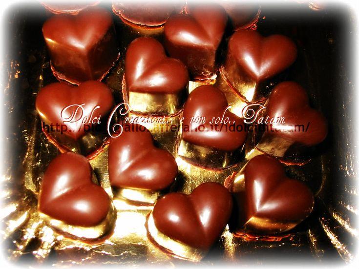 Cioccolatini ripieni alla arancia per San Valentino Per festeggiare San Valentino ecco dei graziosi e squisiti cioccolatini al cioccolato fondente
