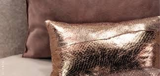 Koperen kussens, matchen mooi met bruin, groen en grijs! | Bekijk tips op http://www.jouwwoonidee.nl/koperen-accessoires/