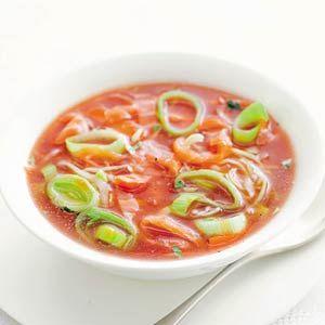 Tomaten-preisoep met zalm: pakje gezeefde tomaten, prei, visbouillon, tabasco, boter, gerookte zalmfilet 4 personen | Bereiden: 15 minuten | Wachten 1 minuut