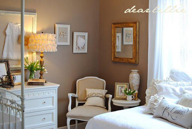 Decoração bege e branca para o quarto do bebê
