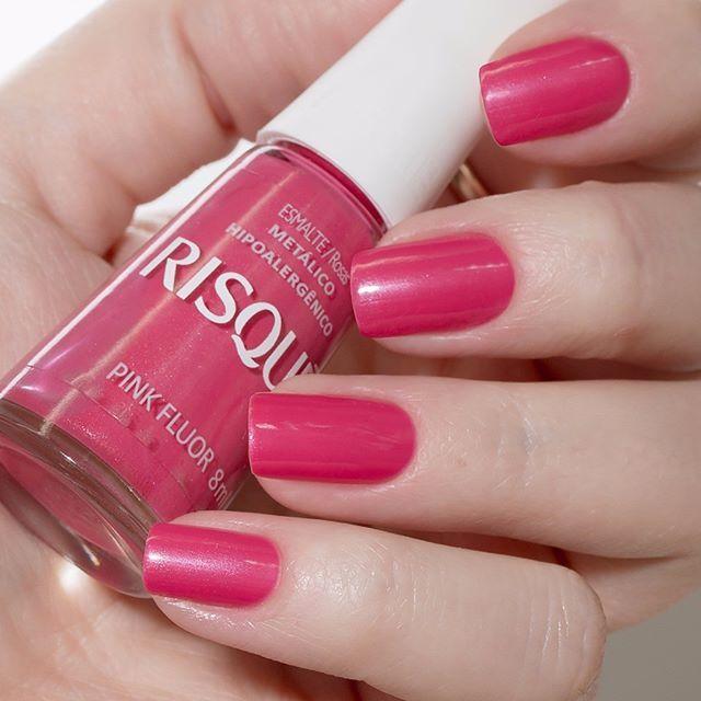 Pink Fluor é um rosa poderoso. Com cobertura metálica, os pontos de brilho servem para dar um efeito especial, além de ser uma cor super dentro da tendência. Com tantos lançamentos, acabamos esquecendo de usar tons tão lindos! E você, já usou seu Pink Fluor hoje? #risquedasemana #unhas #esmaltes #esmaltesrisque #esmaltedodia