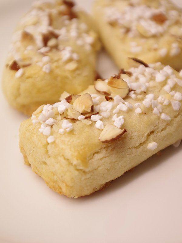 Recept På Finska Pinnar. Enkelt och gott. Finska pinnar är småkakor av mördeg som smaksätts med både bittermandel och hackad sötmandel. Detta ger dem en särskild karaktär vilken osökt för tankarna till mandelkubb. I mitt tycke är finska pinnar både godare och trevligare att äta, eftersom de är saftigare och mindre smuliga. En perfekt liten kaka att njuta av till kaffet på balkongen eller verandan.