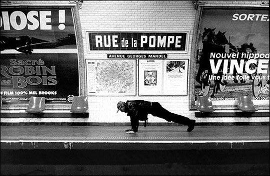 Rue de la Pompe - Mises en scènes du nom des stations du métro de Paris - Le photographe Janol Apin a photographié les stations de métro parisiennes dans les années 90 en mettant en scène leurs noms.