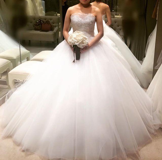 試着レポ6-1@ハツコエンドウ * アントニオ・リーヴァの新作。とにかく真っ白❄️でふわふわな一着✨胸元は繊細なレースで、さりげないハートカット☺️ レンタル500,000円と、さすがブランド物!なお値段でした👀 #wedding #palacehoteltokyo #hotelwedding #パレスホテル東京 #ホテルウェディング #2017秋婚 #dress #weddingdress #ウェディングドレス #ハツコエンドウ #hatsukoendo #アントニオリーヴァ #antonioriva #ドレス試着 #WD試着