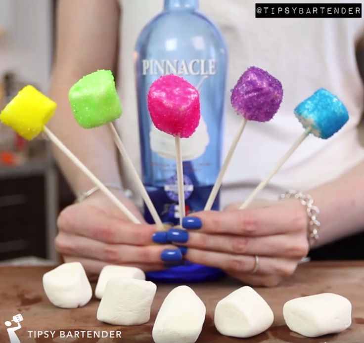 Vodka Marshmallow Pops - For more delicious recipes and drinks, visit us here: www.tipsybartender.com