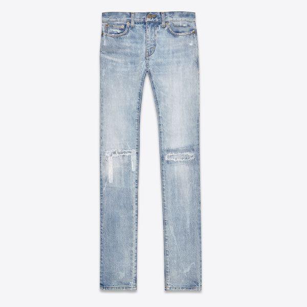 Un jean (destroy): Résurgence 90's oblige, l'humeur est aux jeans délavés et même déchirés. Dans le meilleur des cas, on préférera un modèle qui aura vieilli avec vous mais personne ne devrait avoir à se soucier autant de l'usage (et l'usure) de sa garde-robe. Heureusement, le prêt-à-porter est là pour ça.  Jean rapiécé aux genoux, Saint Laurent par Hedi Slimane, 550€
