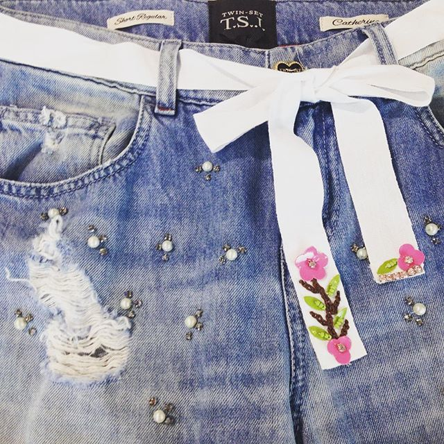Denim Details! #twinsetjeans #twinsetsimonabarbieri #twinset #summer #fashion #look #jeans #denim #pearls #flowers