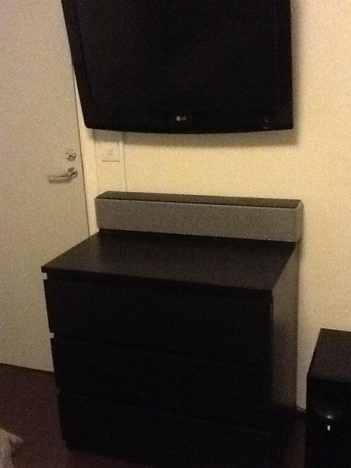 Lipasto musta. Näitä on pari. Toinen varmaan makkariin tv:n alle laitteita varten..