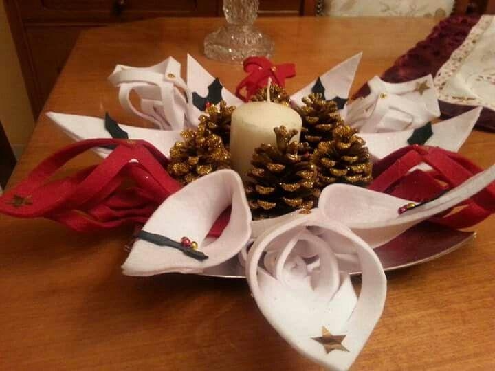 Centro tavola natalizio handmade con candela, pigne e panno lenci