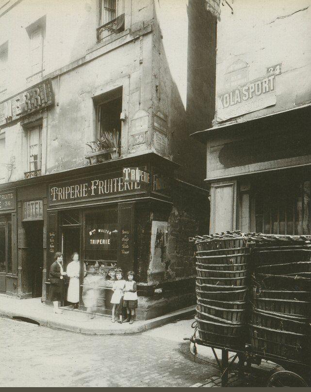 La rue Brisemiche à l'angle avec la rue Saint-Merri, en 1921. Au Moyen Âge, la rue Brisemiche était une des neuf rues de Paris dans lesquelles la prostitution était autorisée. Ces deux rues existent toujours mais à peu près à l'endroit des maisons sur la photo se trouve aujourd'hui le Centre Pompidou...