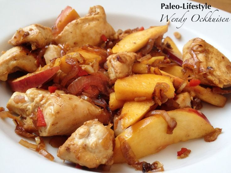 Duivelse kip met nectarine extra paprikaatje erbij, geserveerd op paksoi