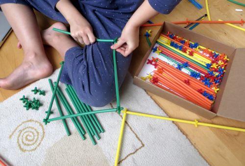 Des pailles colorées pour monter de grandes structures