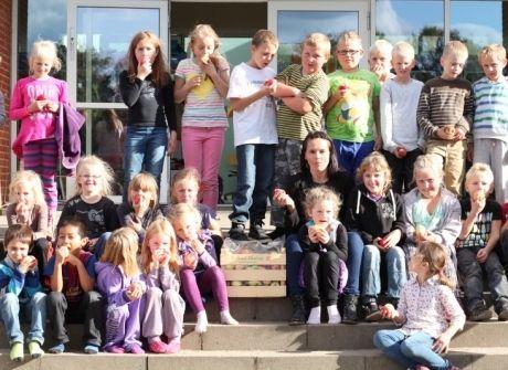 Tina Sunds omgivet af en masse æblespisende friskoleelever i Uhre.