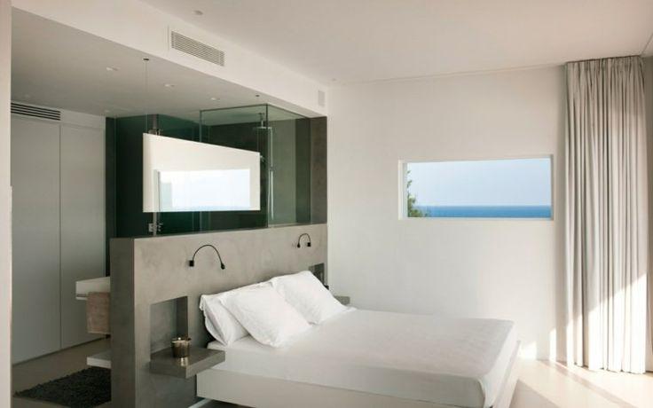 chambre avec salle de bain ouverte et dressing