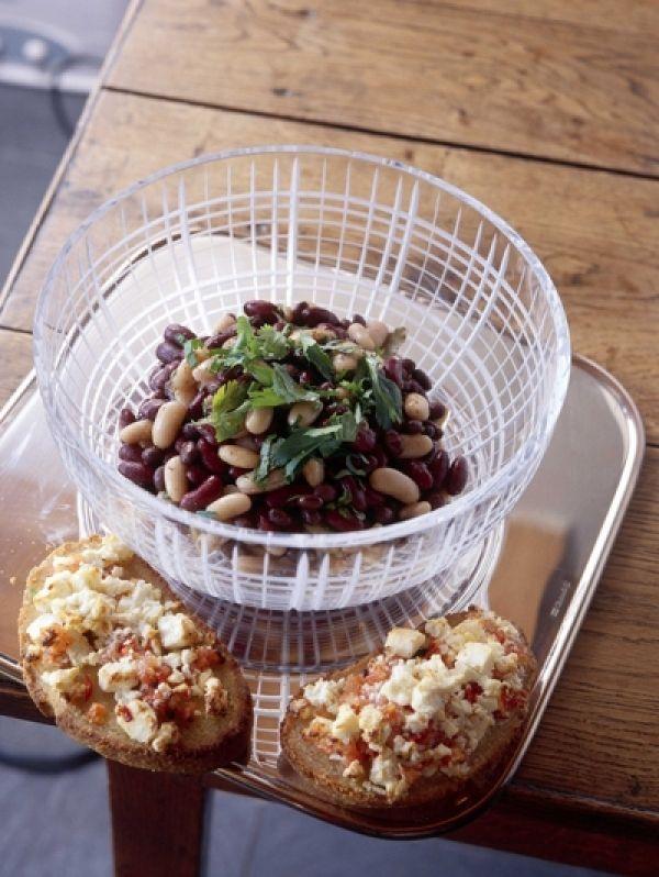 Vandaag op het menu: heerlijke bonensalade met maïsbrood en tomatensalsa. Toch nog iets gezonds op je bord deze week.