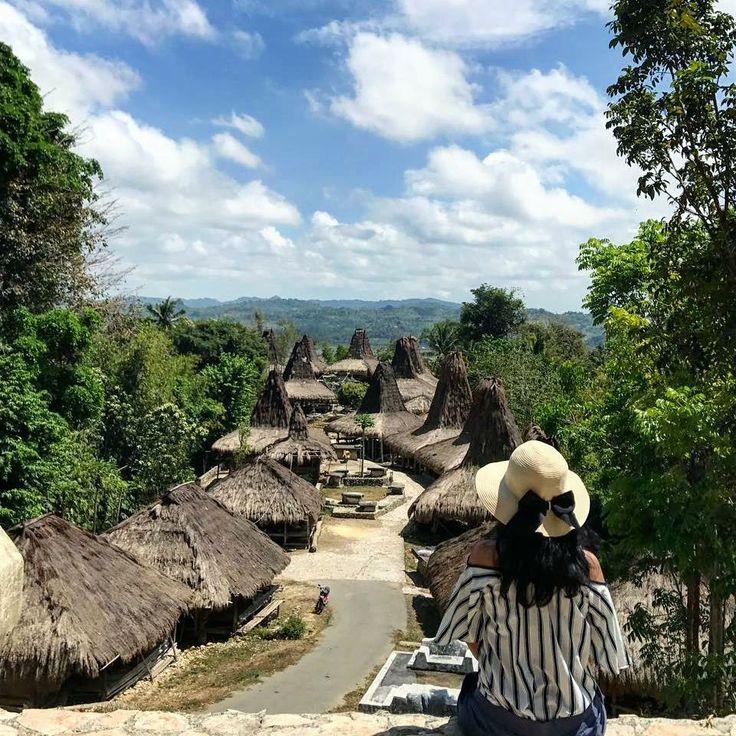 Kampung adat Praijing adalah salah satu desa di Kabupaten Sumba Barat, Nusa Tenggara Timur yang menyimpan pesona budaya dan tradisi. Di kampung adat nan unik ini terdapat puluhan rumah adat tradisional dengan batu - batu megalitik  Seperti apa suasana keseharian warga di kampung adat Praijing ?? Yukkk ikutan Trip Pulau Sumba  19 – 23 Oktober  16 – 20 November  30 November – 4 Desember  22 – 26 Desember   Harga Rp 2,475,000 per orang  Info 082213546018