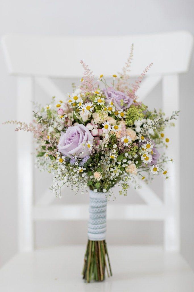 Boda en el extranjero Ramo de novia con flores del prado y rosas en tonos pastel