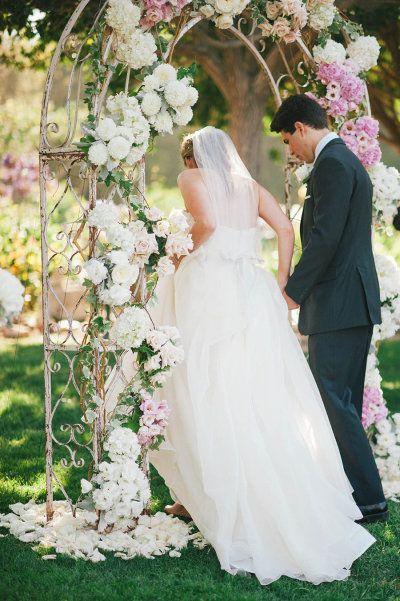 Photography by Emily Blake / emilylblakephoto.com, Floral Design by Rolling Hills Flower Mart / rollinghillsflowermart.com/