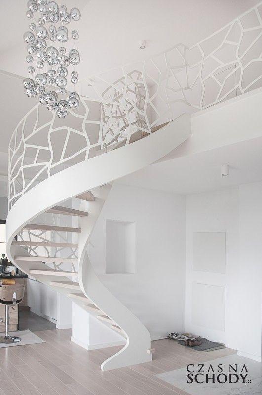 Nowoczesne drewniane schody kręcone z wyjątkową oryginalną balustradą.