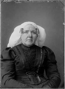 Weduwe H.A. Visser in klederdracht uit 's-Gravendeel 1910-1920 - Regionaal Archief Dordrecht #ZuidHolland #HoekseWaard