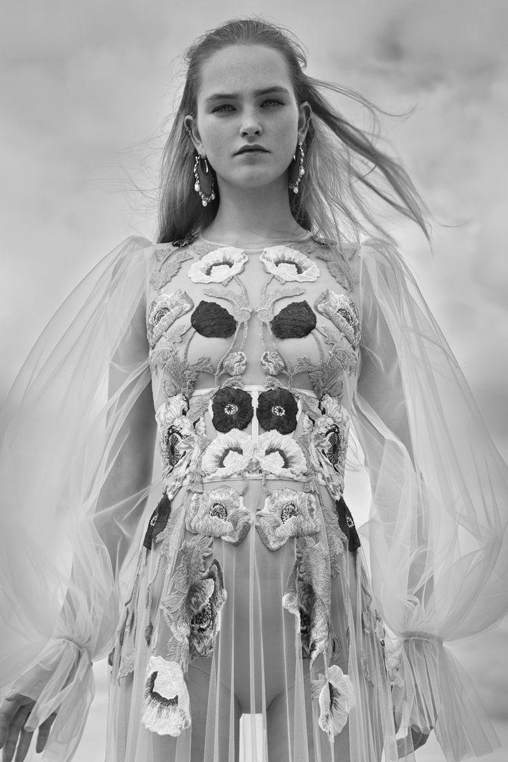 Arte folk e décor britânico inspiram resort 2017 de Alexander McQueen - Vogue | Desfiles