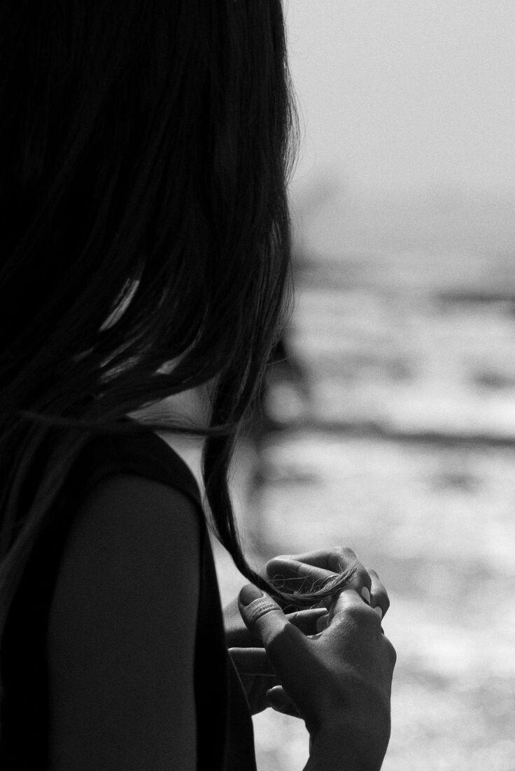 Картинка черно-белая девушка грустит