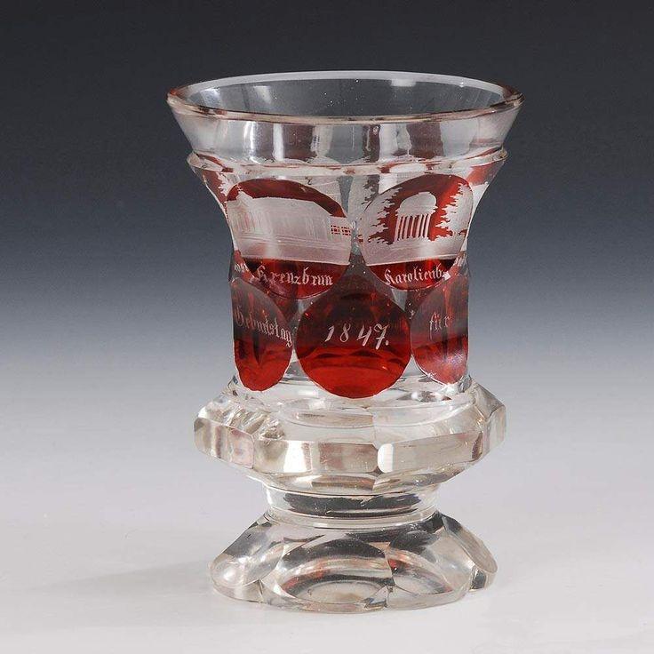 Biedermeier-Ansichtenglas. Farbloses, teils rot gebeiztes Glas. Am Ansatz gedrückte und facettierte — Glas