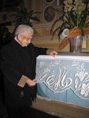Zia Antonietta Sotgiu Mantel Mariano, filet crochet, Azucenas y MA