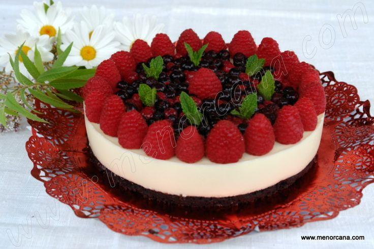 Tarta de chocolate blanco con frambuesas y arándanos