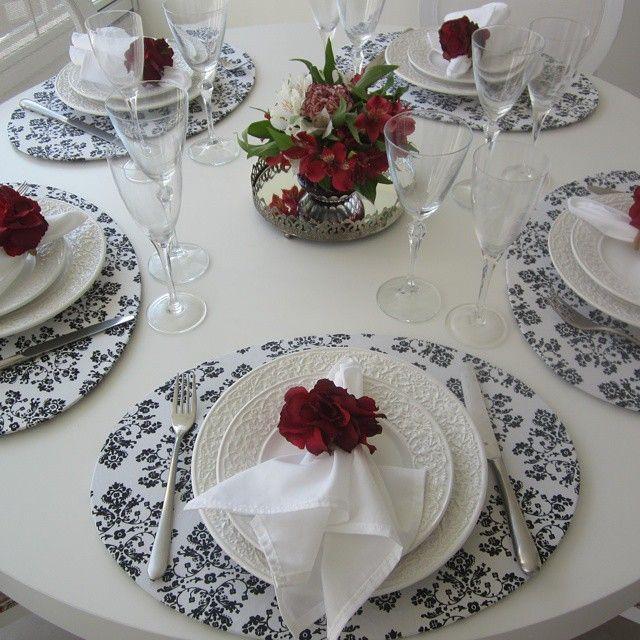 Nesta mesa usei Sousplat oval com estampa arabesco preto e branco Guardanapo…