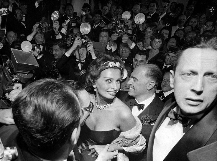 1958 год. Фотографы окружают Софи Лорен, как только она прибыла на Каннский кинофестиваль с мужем Карло Понти. Каннский кинофестиваль: фотографии из прошлого