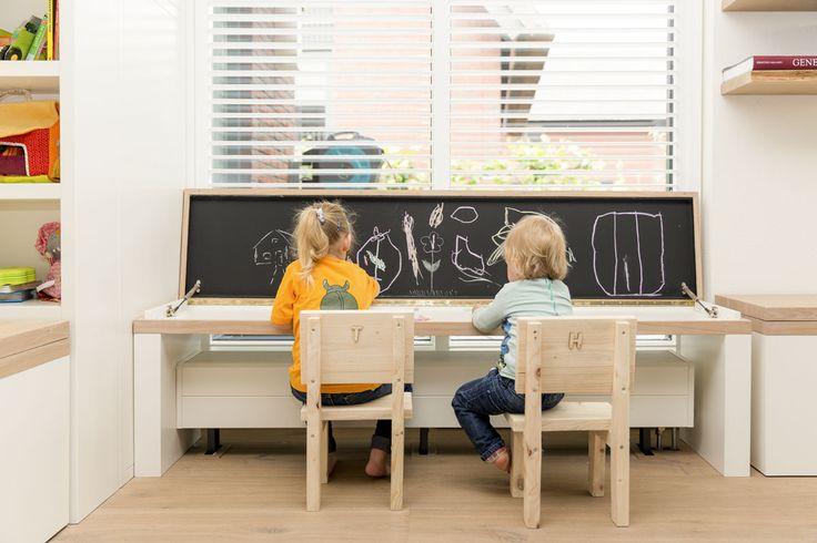 In de huiskamer is speciaal een speelhoek voor de kinderen ingericht, op zo'n manier, dat het past bij de inrichting van de rest van de huiskamer.