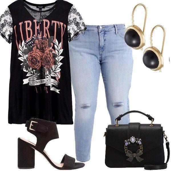 T-shirt nera con stampa sulla parte anteriore e maniche di pizzo, jeans modello slim, lunghezza alla caviglia e tagli sulle ginocchia, borsa a tracolla nera, sandali neri con tacco largo, orecchini placcati oro con pietra nera.