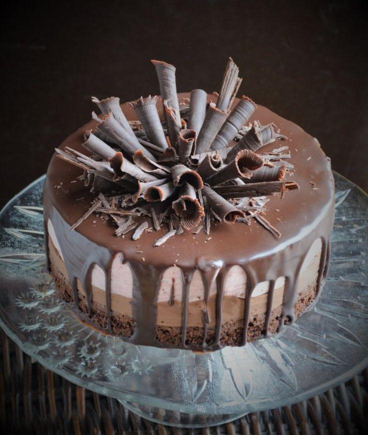 Csurgatott torta, csoki-eper mousse beltartalommal. Címszavakban: brownie, csokimousse, epermousse, étcsoki ganache, csokiszivarkák. Szerintem ezzel mindent elmondtam. :)