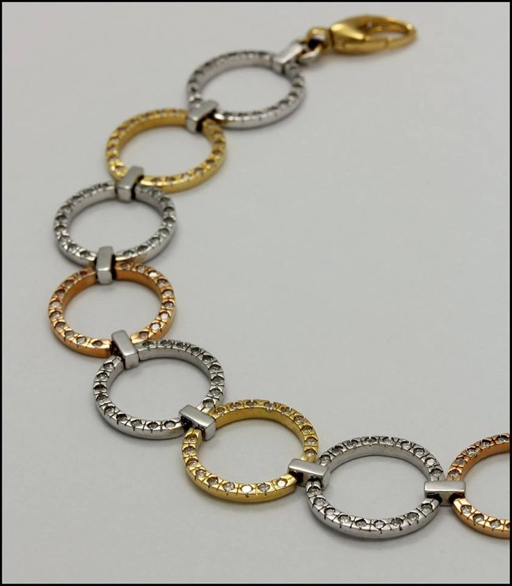 Ref. 2V Pulsera en oro blanco, amarillo y rojo de 18K adornada con diamantes de talla redonda.