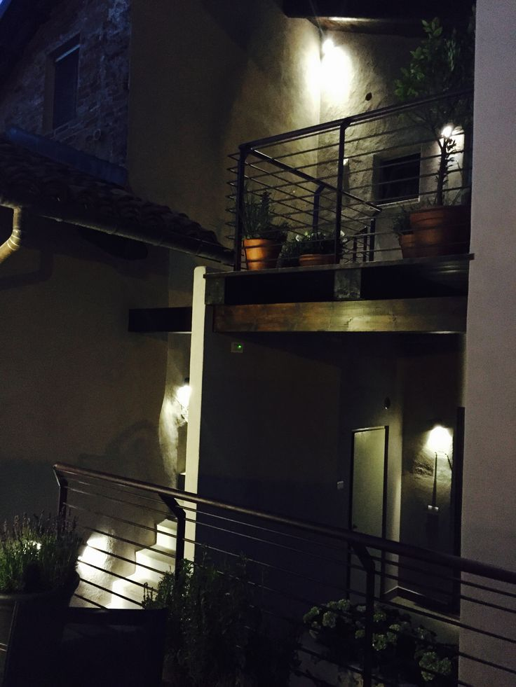 Lights are on @ UVE Rooms & Wine Bar  Le luci sono accese da UVE Rooms & Wine Bar